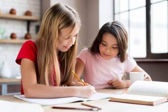 chicas-inteligentes-multietnicas-haciendo-tareas-juntos_23-2148224755
